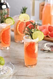 Cocktail frische limette und rosmarin kombiniert mit frischem grapefruitsaft und tequila
