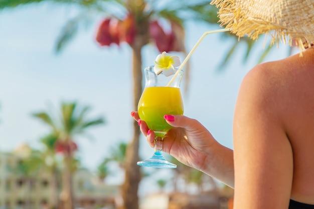 Cocktail in den händen einer frau. selektiver fokus. natur.