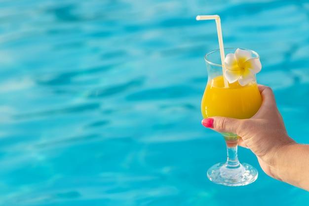 Cocktail in den händen einer frau.