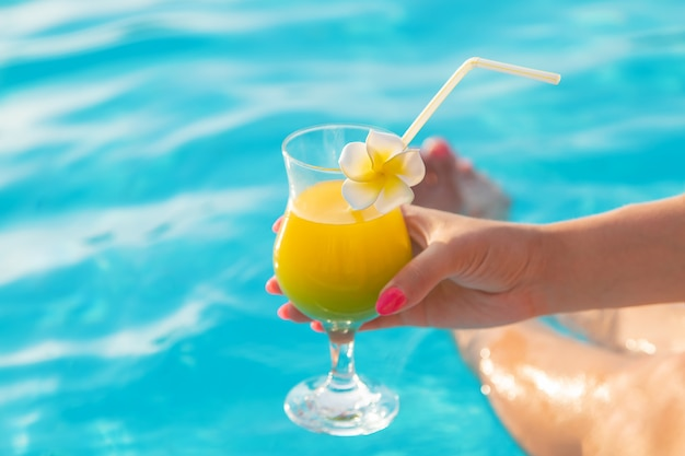 Cocktail in den händen einer frau