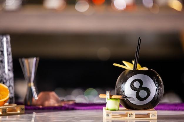 Cocktail in einer poolbar oder bartheke. frisches getränk