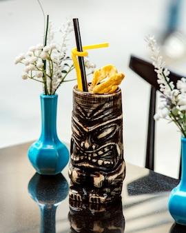 Cocktail in maya bilderbecher auf dem tisch