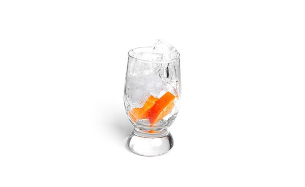 Cocktail lokalisiert auf einem weißen hintergrund. eis mit orangenfrüchten im glas isoliert