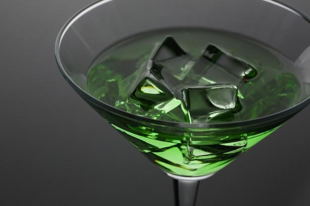 Cocktail mit alkohol in grüner farbe und eiswürfeln