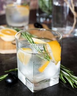 Cocktail mit alkoholischen getränken in einem kleinen glas