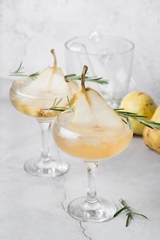 Cocktail mit alkoholischen getränken und birne