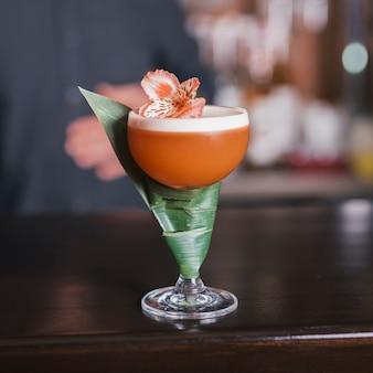 Cocktail mit blume und blatt