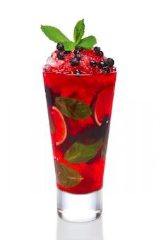 Cocktail mit der johannisbeere, minze und kalk im hohen glas lokalisiert auf weiß