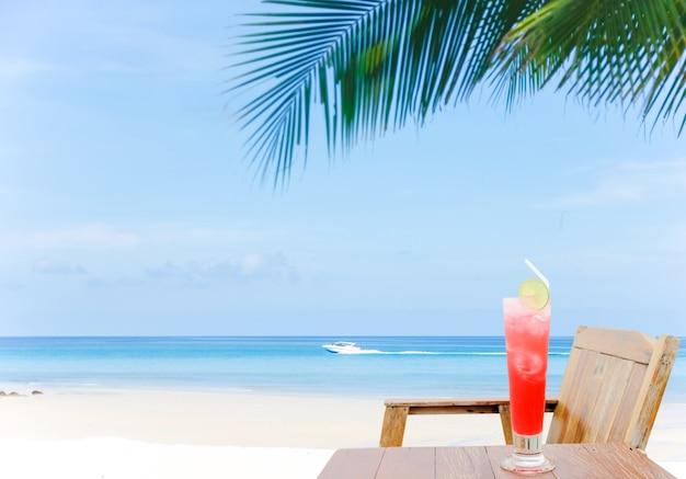 Cocktail mit einer himmlischen ansicht über paradiesinsel. sandstrand und schöner seehintergrund im sommer.
