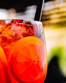 Cocktail mit einer orangenscheibe