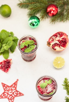 Cocktail mit fruchtsaft, limette, minze, granatapfel