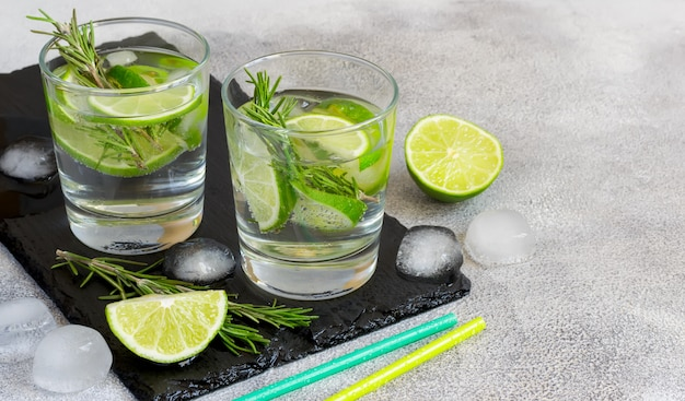 Cocktail mit kalk und rosmarin, kopienraum