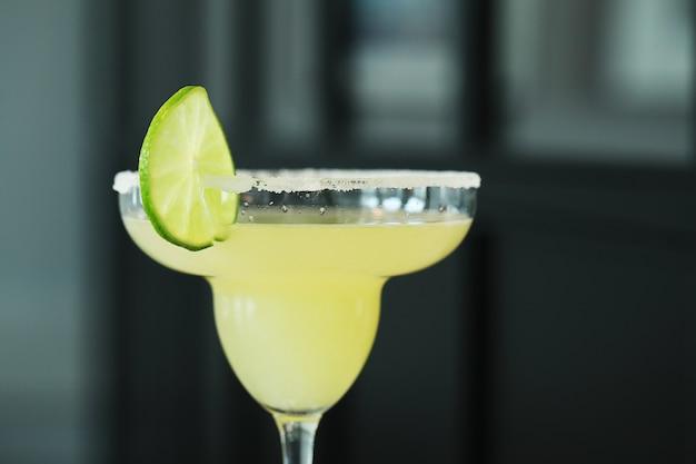 Cocktail mit limettenscheibe