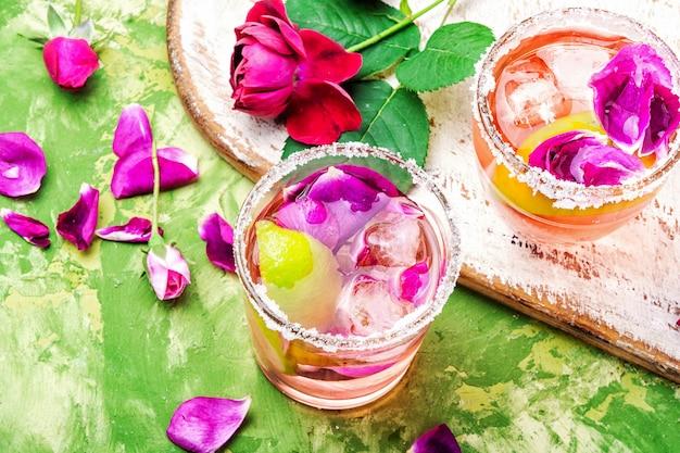 Cocktail mit niedrigem alkoholgehalt mit rose