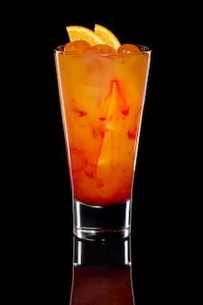 Cocktail mit orangensaft, wodke und erdbeersirup