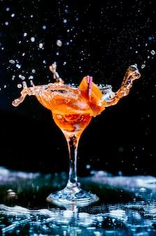 Cocktail mit orangenschale