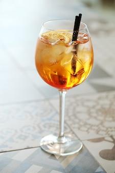 Cocktail mit orangenscheibe