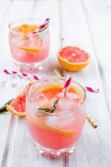 Cocktail mit pampelmusenscheibe auf einem holztisch
