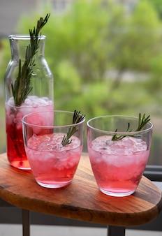 Cocktail mit rosmarin und schmelzendem eis