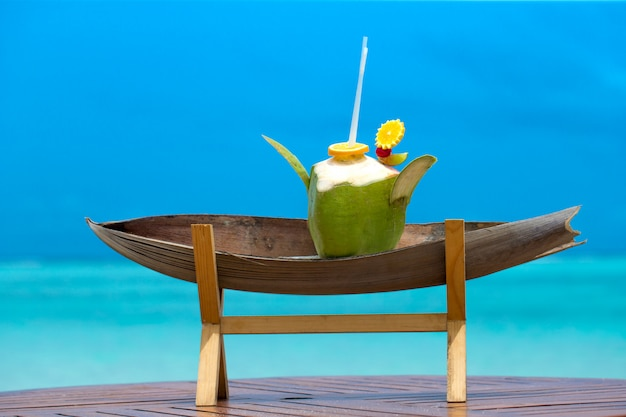 Cocktail mit unschärfestrand auf hintergrund