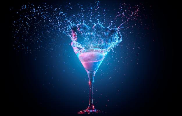 Cocktail mit zitrone im glas