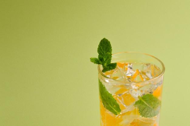 Cocktail mit zitrone und minze