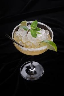 Cocktail mrgarita, auf einer dunklen oberfläche