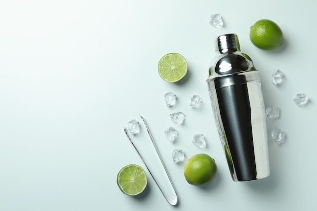 Cocktail shaker und zutaten für mojito auf weißem hintergrund