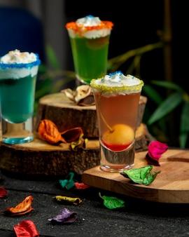 Cocktail shots mit kirsche und schlagsahne