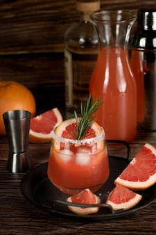 Cocktail tequila frischer grapefruitsaft kombiniert und rosmarin