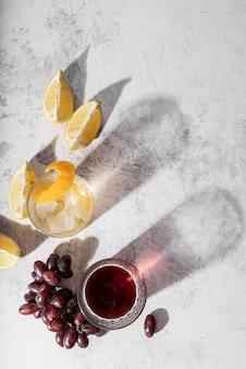 Cocktail und wein mit alkoholischen getränken