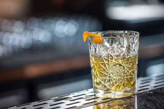 Cocktailgetränk altmodisch am barcounter im nachtclub oder restaurant.