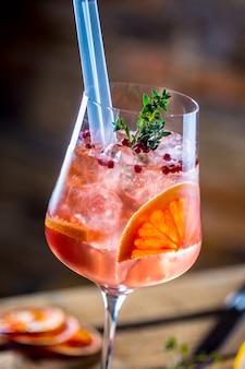 Cocktailgetränk auf einem alten holzbrett alkoholisches getränk mit tropischen früchten, paprika und kräutern