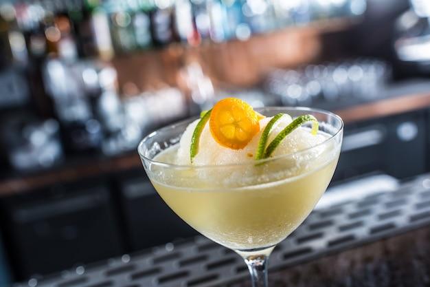 Cocktailgetränk gefrorene margarita am barcounter im nachtclub oder restaurant.
