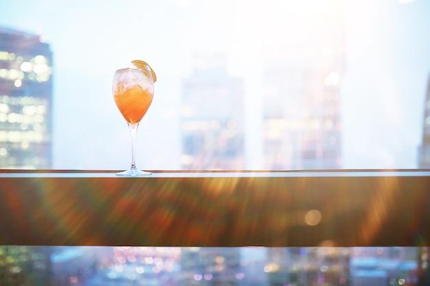 Cocktailgläser auf der fensterbank am glas eines hochhauses