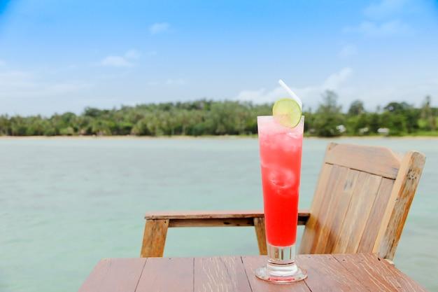 Cocktailgläser auf holztisch, strandseite.