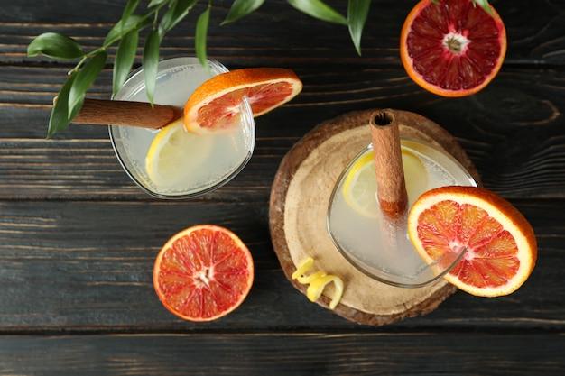 Cocktailgläser mit zitrusfrüchten auf holzoberfläche