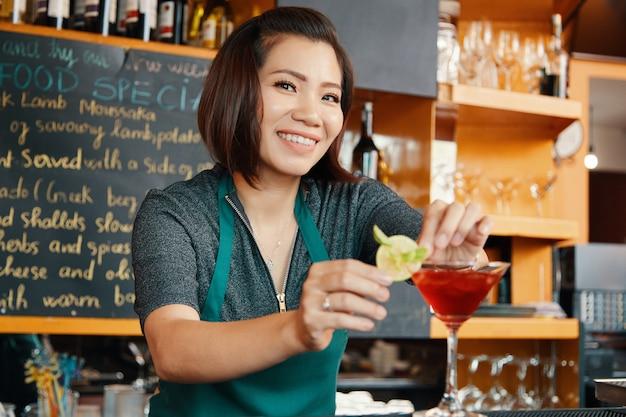 Cocktailglas garnieren