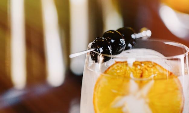Cocktailnahaufnahme auf unscharfem hintergrund