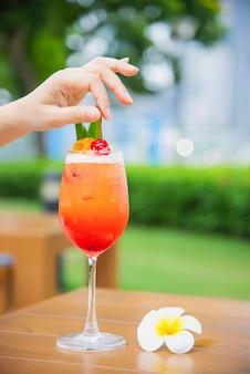 Cocktailrezeptname mai tai oder mai thailändisches weltweites cocktail umfassen rumlimettensaft-orgeatsirup und orangenlikör - süßes alkoholgetränk mit blume im garten entspannen sich ferienkonzept