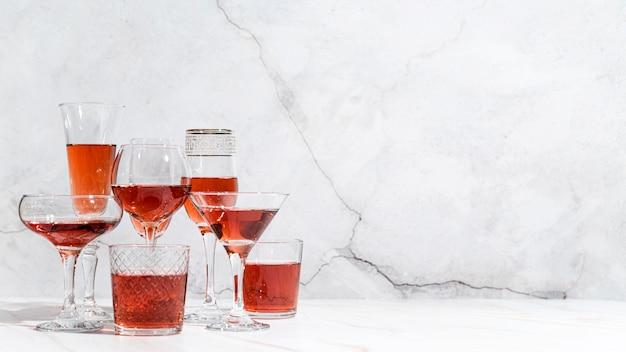 Cocktails mit alkoholischen getränken von vorne