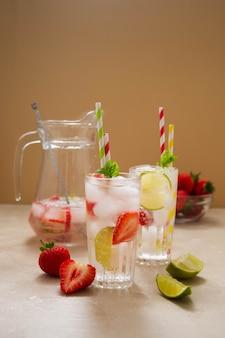 Cocktails mit früchten und beeren. sommer kalte erfrischende fruchtgetränke mit strohhalmen