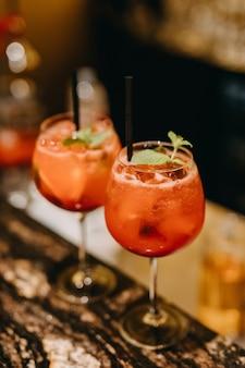 Cocktails mit roten grapefruit-longdrinks in einem restaurant an der theke.