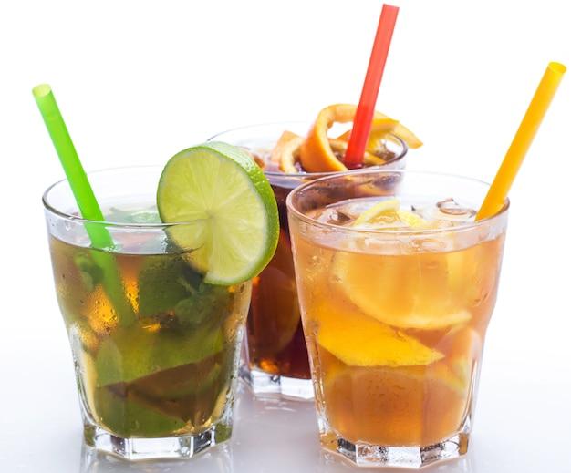 Cocktails mit verschiedenen zitrusfrüchten