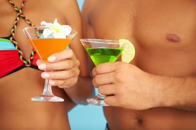 Cocktails nahaufnahme von einem entspannten paar