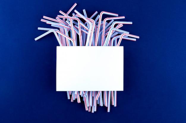 Coctail plastikgefäße auf blauem purpur