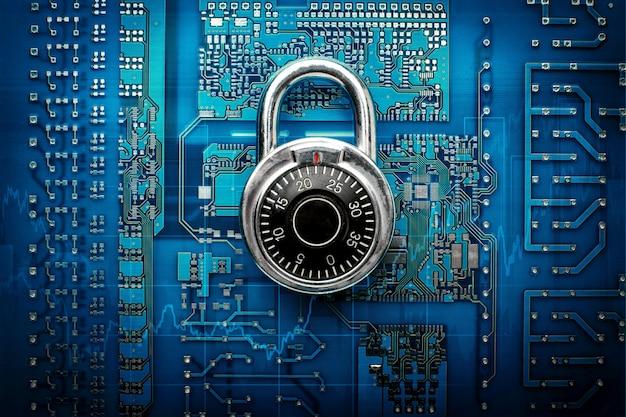 Code-locked-vorhängeschloss auf der leiterplatte. gebühr computer - computersicherheitssystem. draufsicht