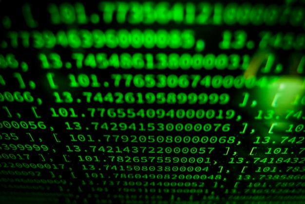 Codierungsanwendung durch programmiererentwickler. web-app-codierung. skript auf computer mit quellcode. programmiercode abstrakten hintergrund