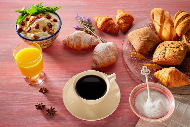 Coffe-frühstück mit orangensafthörnchenbrot
