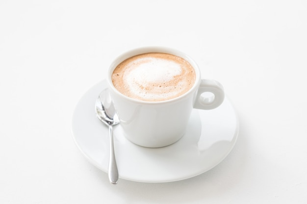 Coffee-shop-konzept. unternehmensgründung. tasse heißen latte mit milchschaum auf weiß.